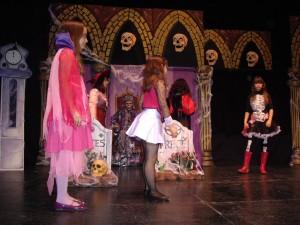 Varios niños disfrazados interpretan una escena de Hostal Martes y Trece