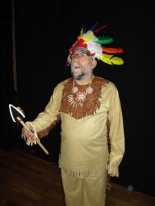 Uno de los integrantes del grupo de La Perseverancia aparece vestido de indio durante la representacíón